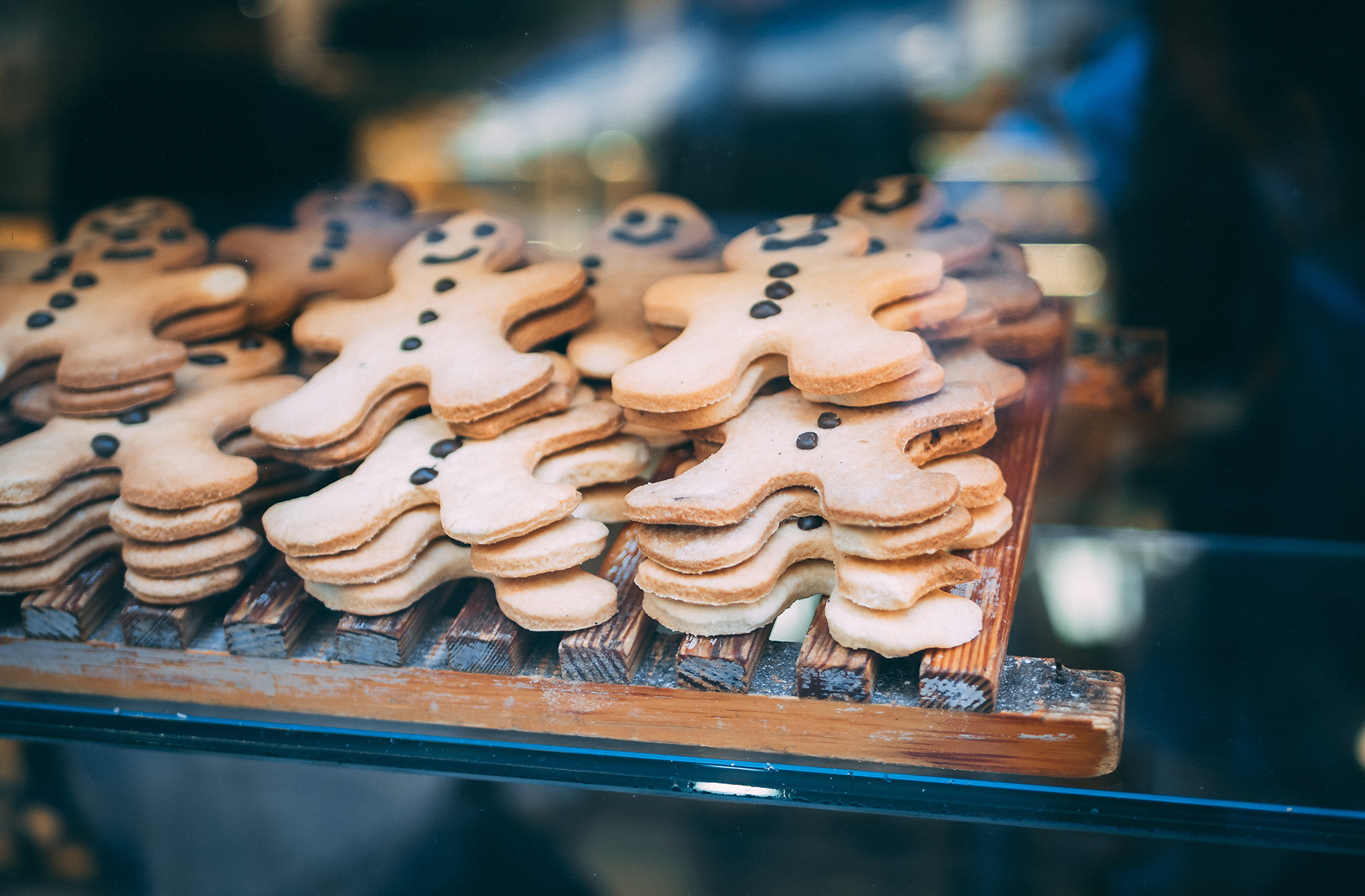 A delicious selection of gingerbread men sit on a tray
